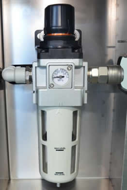 Inlet air pressure regulator, which filter the oil and water in the compressed air.