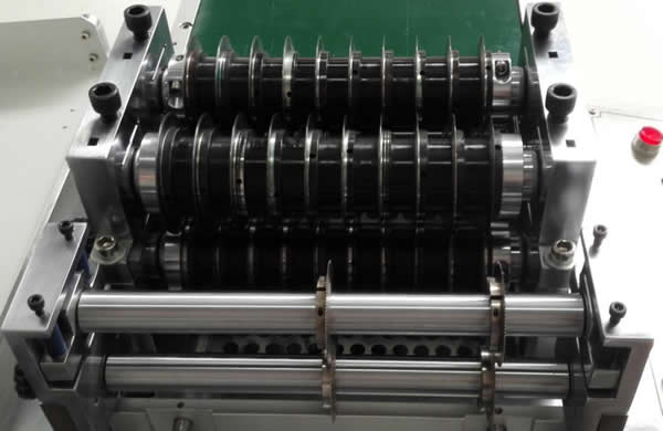 MDS-900 is equipped with 2 groups of blades can make twice cutting process for one PCB