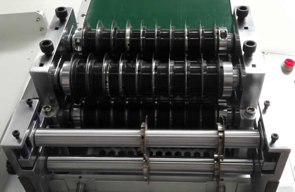 MDS-901  is equipped with 2 groups of blades can make twice cutting process for one PCB