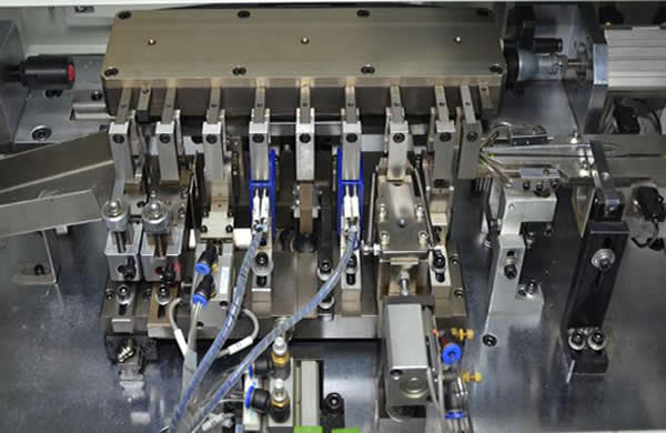 The vibrating plate feeds component automatically