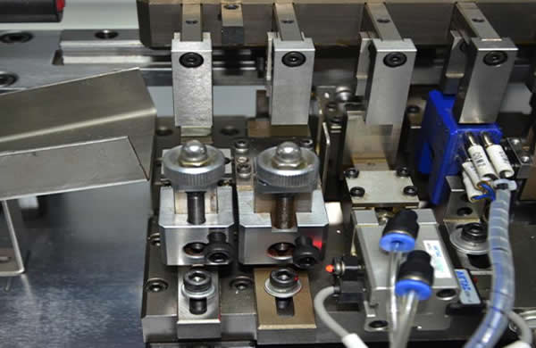 Adopts combined type mould, which is fast to replace.