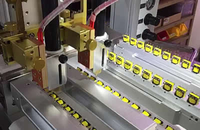 Typical application : dispensing glue on 4 side of small tranformer.