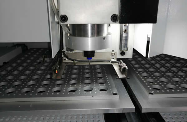 The machine is equipped with the broken milling cutter detection function on the spindle.